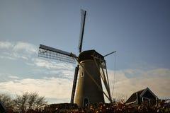 Wiatraczka Holandia nieba Pięknych chmur zwierząt gospodarstwa rolnego Młyński holender Ol obraz stock