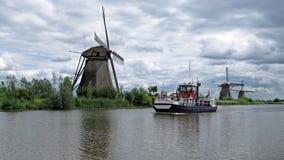 Wiatraczki i wycieczki turysycznej łódź przy Kinderdijk Obraz Royalty Free