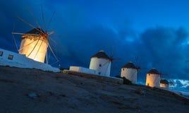 Wiatraczki Mykonos przy błękitną godziną, Grecja Fotografia Stock