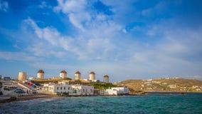 Wiatraczki Mykonos z niebieskim niebem i chmurami, Grecja Zdjęcia Stock