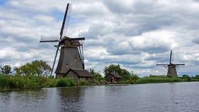 Wiatraczki pod holenderskim niebem przy Kinderdijk Zdjęcia Royalty Free