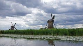Wiatraczki pod holenderskim niebem przy Kinderdijk Obrazy Royalty Free