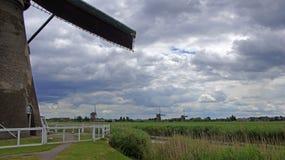 Wiatraczki pod holenderskim niebem przy Kinderdijk Zdjęcie Royalty Free