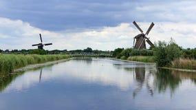 Wiatraczki pod holenderskim niebem przy Kinderdijk Zdjęcia Stock