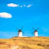 Wiatraczki, wiejscy zieleni pola i niebieskie niebo. Consuegra, Hiszpania zdjęcie royalty free