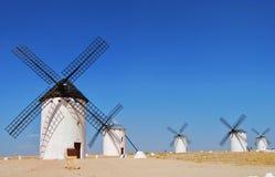 Wiatraczki z niebieskim niebem w Campo De Criptana, Castilla los angeles Mancha zdjęcie stock