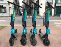 Wiatrowa elektryczna hulajnoga firma wiatru ruchliwość w ulicie w Lion Francja obraz royalty free