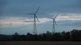 Wiatrowa energetyczna technologia zielona technologia - turbina, kurczaka pox, produkcja energii - zdjęcie wideo