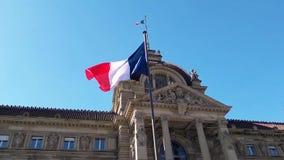 Wiatrowa podmuchowa Francja flaga na maszcie przeciw niebieskiego nieba tłu przed Palais Du Rhin, miejsce De Los angeles Republi