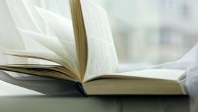 Wiatrowe podrzuca strony święta biblia, obraca drukować strony stara książka, zamykają w górę biblii stron kręcenia zdjęcie wideo