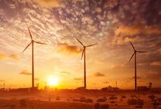 Wiatrowego generatoru turbina sihouettes na zmierzchu Obrazy Royalty Free