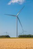 Wiatrowego gospodarstwa rolnego Alternatywnej energii Pinwheels na niebieskim niebie Zdjęcie Stock