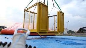 Wiatrowego poruszającego bungee skokowa platforma przy zaniechanym parkiem rozrywki, niski sezon zbiory
