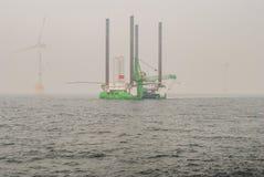 Wiatrowej energii firma buduje farmę wiatrową w Belgia fotografia royalty free