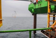 Wiatrowej energii firma buduje farmę wiatrową w Belgia obraz royalty free