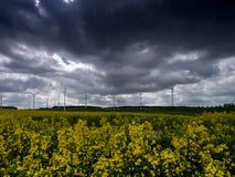 Wiatrowej energii pole z fantastycznym dramatycznym niebem zdjęcia stock