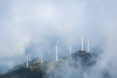 Wiatrowi gospodarstwa rolne w mglistych chmurach Zdjęcia Royalty Free