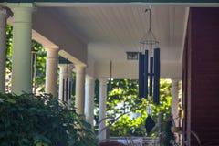 Wiatrowi kuranty na domu z białymi filarami zdjęcie royalty free