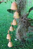 Wiatrowi kuranty na zewnątrz chałupy blisko orchidei fotografia stock