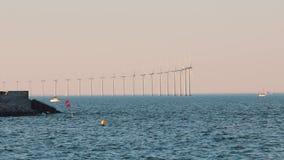 Wiatrowi tubines przy morzem zbiory wideo