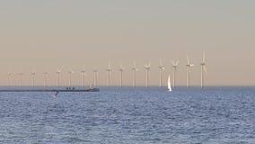 Wiatrowi tubines przy morzem zdjęcie wideo