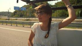 Wiatrowy bawić się z kobieta włosy przy samochodem zbiory wideo