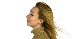 Wiatrowy dmuchanie na kobiecie w ciepłym odziewa zbiory