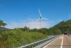 Wiatrowy generator i autostrada Mediolan, Savona -, Włochy Obrazy Stock