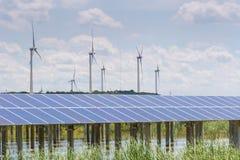 Wiatrowy gospodarstwo rolne i energii słonecznej stacja Obraz Stock