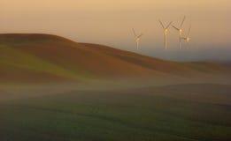 Wiatrowy gospodarstwo rolne w mgle przy wschodem słońca Zdjęcie Royalty Free