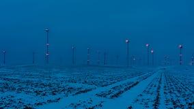 Wiatrowy gospodarstwo rolne w nocy z niebieskim niebem obrazy stock