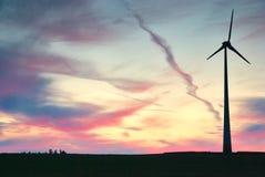 Wiatrowy młyn dzwonił wiatrowego gospodarstwo rolne przy zmierzchem z dramatycznym niebem Obrazy Royalty Free