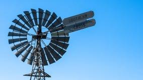 Wiatrowy młyn na Australijskim gospodarstwie rolnym obraz stock