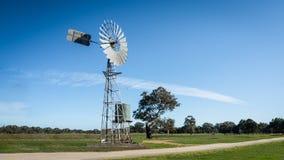 Wiatrowy młyn na Australijskim gospodarstwie rolnym obrazy royalty free
