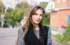 Wiatrowy podmuchowy włosy piękna kobieta Fotografia Stock