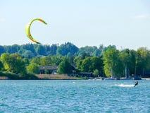Wiatrowy surfing na wysokogórskim jeziorze II obrazy royalty free
