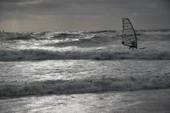 Wiatrowy surfingowa Dramatitic backlit morze Zdjęcia Royalty Free