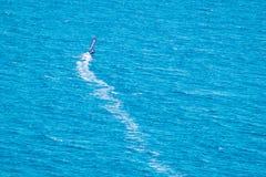 Wiatrowy surfingowiec na błękitnym morzu Zdjęcia Stock