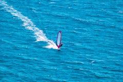 Wiatrowy surfingowiec na błękitnym morzu Zdjęcie Stock