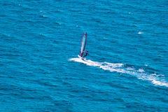 Wiatrowy surfingowiec na błękitnym morzu Obrazy Stock