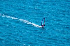 Wiatrowy surfingowiec na błękitnym morzu Obraz Royalty Free
