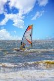 Wiatrowy surfingowiec w Pogodnej kipieli Obrazy Royalty Free