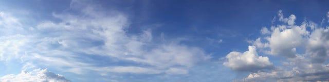 Wibrującego koloru panoramiczny niebieskie niebo z biel chmurą Zdjęcie Royalty Free
