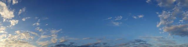 Wibrującego koloru panoramiczny niebieskie niebo z biel chmurą Obrazy Stock