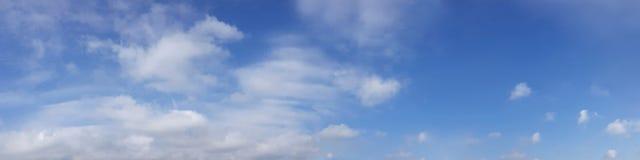 Wibrującego koloru panoramiczny niebieskie niebo z biel chmurą Obraz Royalty Free
