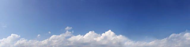 Wibrującego koloru panoramiczny niebieskie niebo z biel chmurą Fotografia Stock