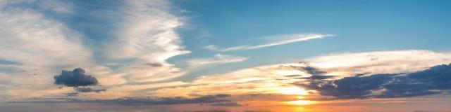 Wibrującego koloru słońca panoramiczny wzrost i słońca ustalony niebo z chmurą na chmurnym dniu Obraz Stock