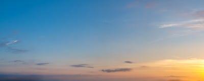 Wibrującego koloru słońca panoramiczny wzrost i słońca ustalony niebo z chmurą na chmurnym dniu Obraz Royalty Free