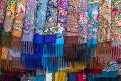 Wibrujący barwioni i wzorzyści szaliki dla sprzedaży, Suzdal, Rosja obraz royalty free
