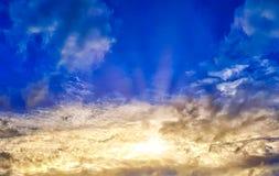 Wibrujący Chmurny niebo z słońce promieniami Podczas zmierzchu Zdjęcia Royalty Free